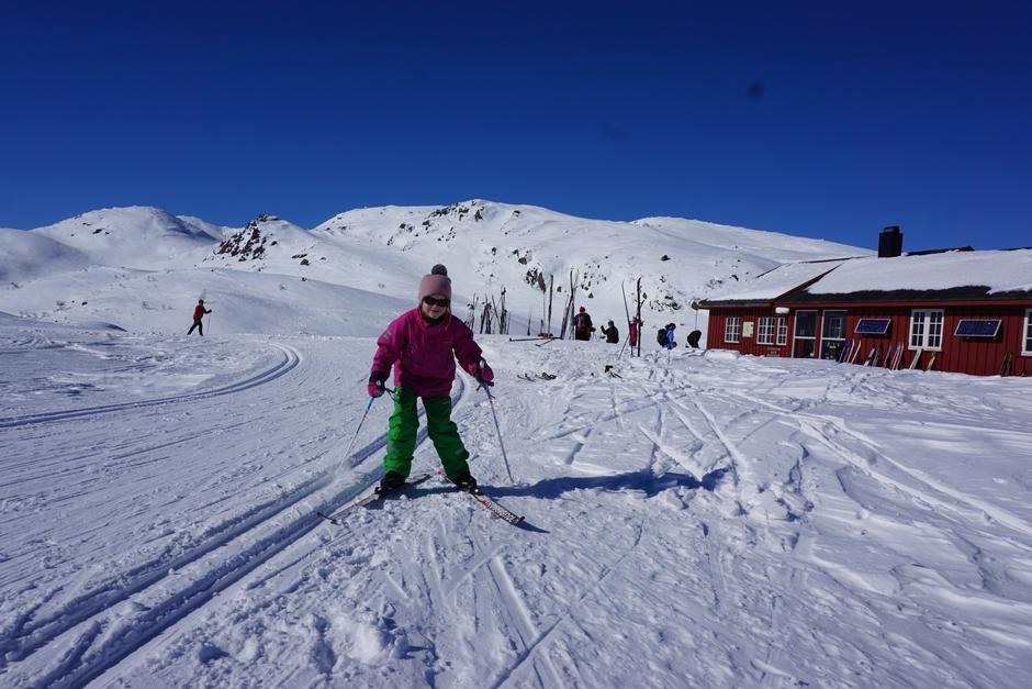 Skitur med barn til Lakkenstova, Ljosland. Oppkjørte løyper til døra!