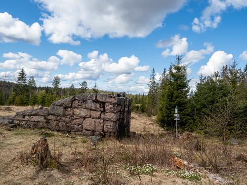 Kirkebyvangen har rester etter bosetting. Du kan også rekke å stemple turpasset ditt der.