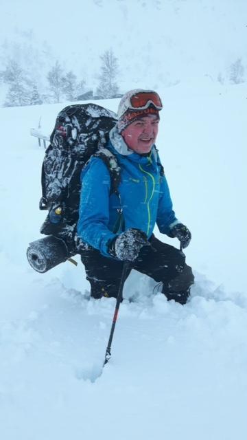 Mye snø og Atle har faktisk ski på beina. Husk det er ingen skam å snu.