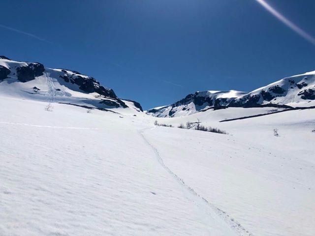 Kyrkjesteindalen. Flotte forhold for skitur til Snønuten. En kan ta på ski rett med brua nedenfor Jonstølen