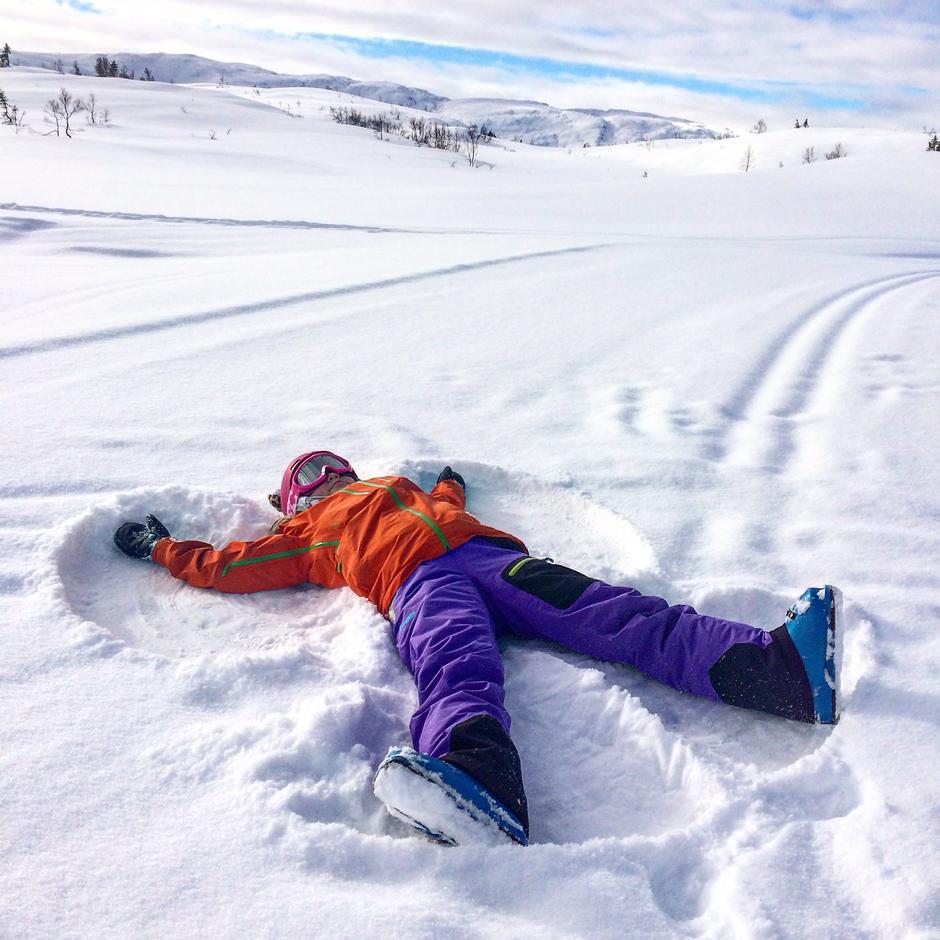 Engler i snøen. Emma Nikoline koser seg på Voss. Slettafjellet -vossresort