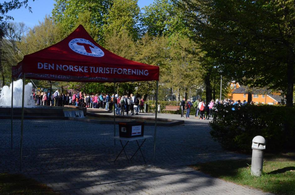 Turen starter i byparken i Drammen. Klassene venter på tur.