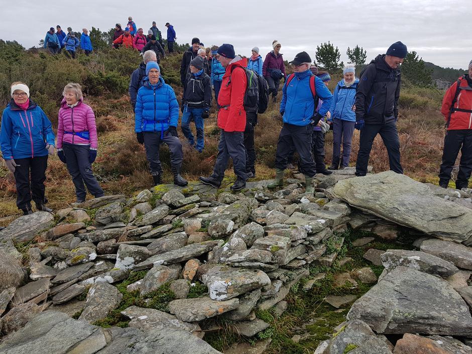 Stopp ved gravrøysen der det var utsikt til Høybøen.