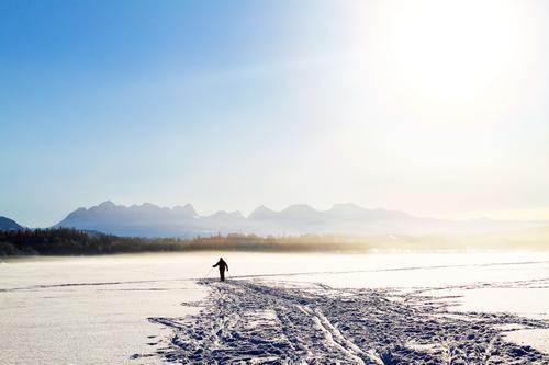 Byen er Bodø. Fotografiet ble tatt på Vatnvatnet av en skiløper som hadde utforsket den enestående naturen i timesvis.