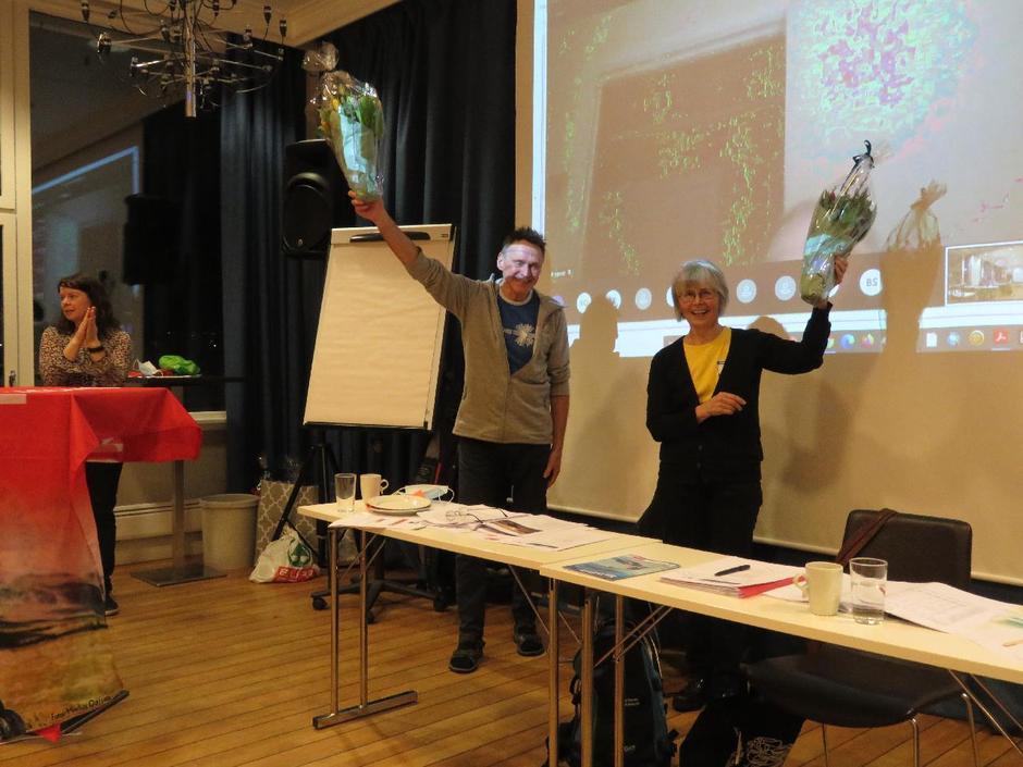 Styreleder Arnulf Sørum og nestleder Kjersti Bakken mottok blomster og rosende ord for sin håndtering av Trollvassbusaken. De har lagt ned utrolig mange dugnadstimer for å berge hytta.