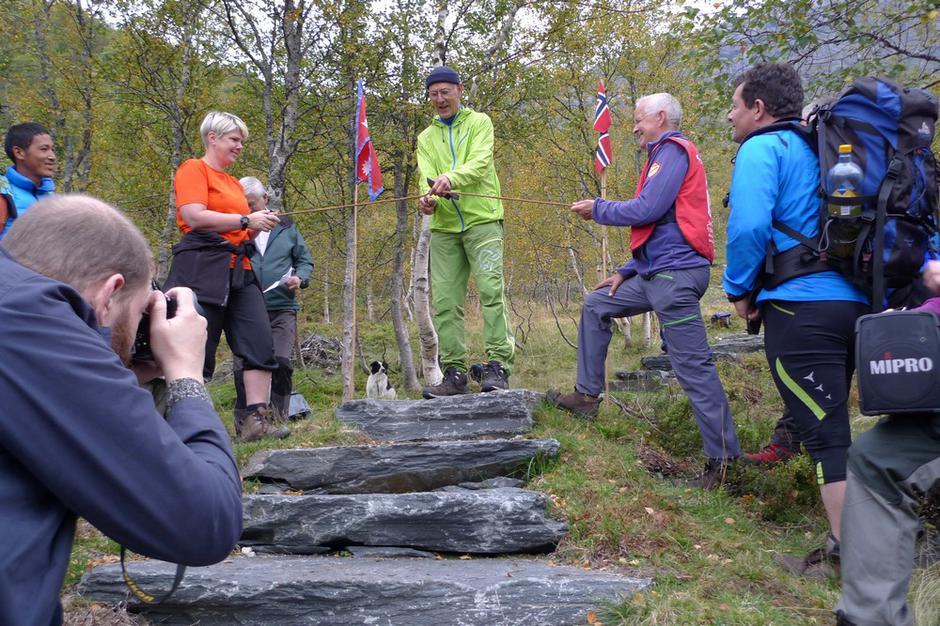 Svein Opdal klyppar snora og opnar Buførevegen offisielt.