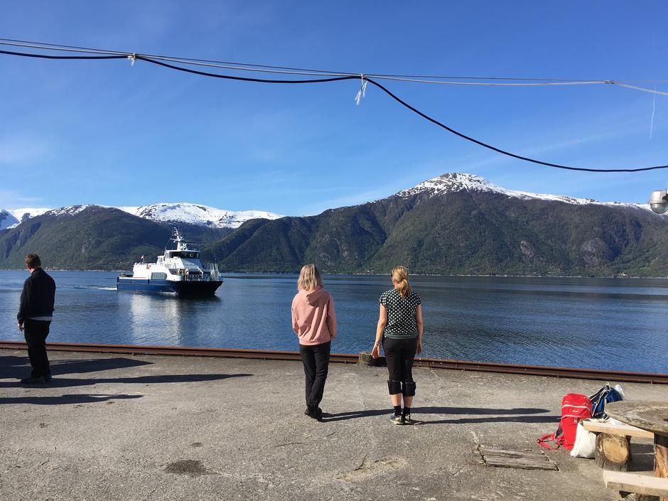 Båten kjem til kaia på Sylvarnes