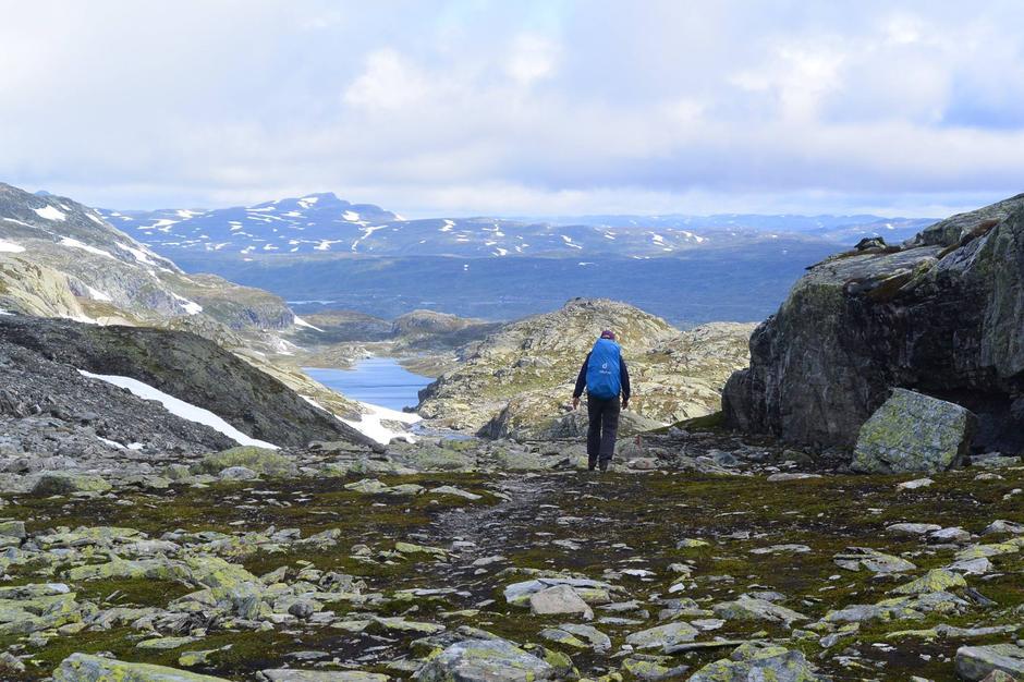 1353 moh Turistskaret. Bildet er tatt like nedenfor i retning Haukeliseter fjellstue. Det er en del snø på nordsiden av skaret, men enkelt å gå over snø der du må krysse.
