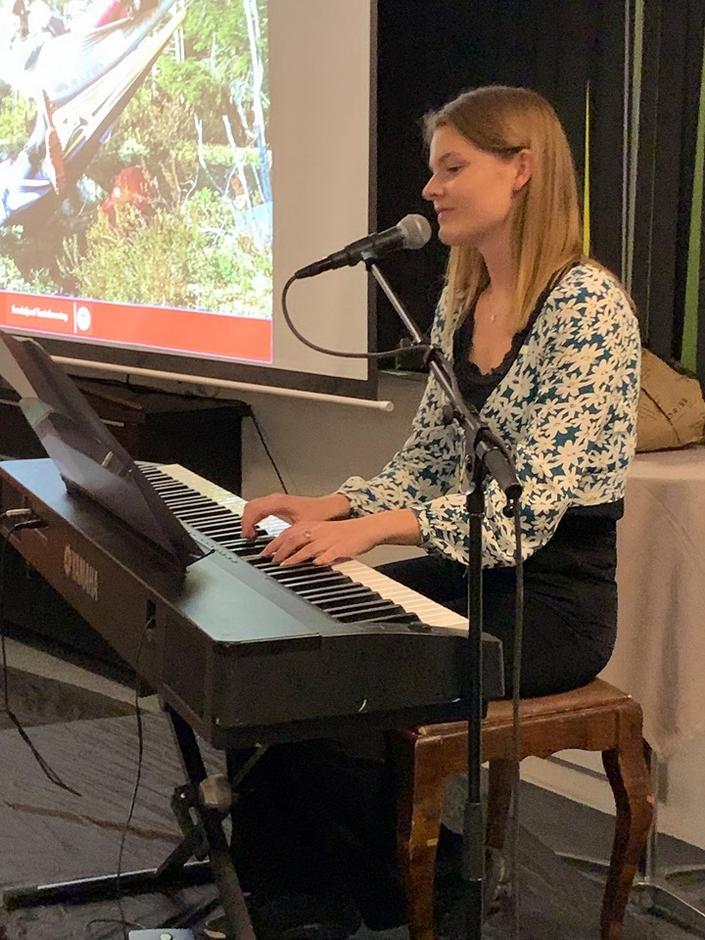Erika Fjordbo, spilte myke vakre toner og gav oss tekster som passet fint til tema.
