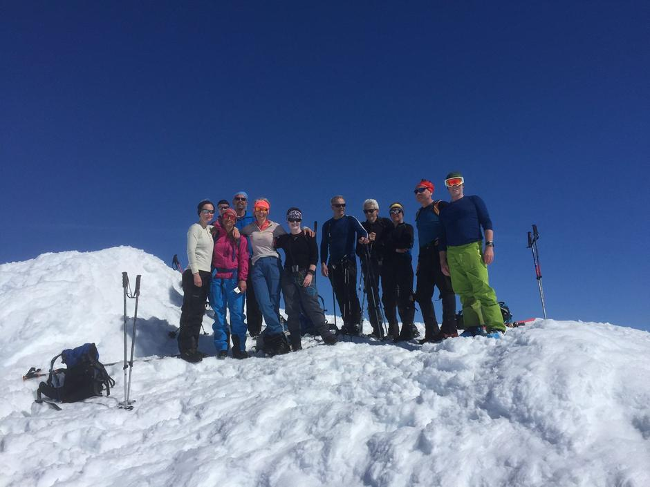 Første gruppe på toppen av Gravdalstind (2113  moh).