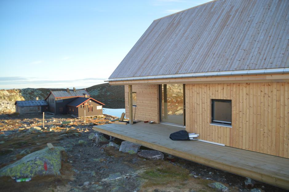 Ny og gammel hytte. De ligger kun 35 meter i fra hverandre