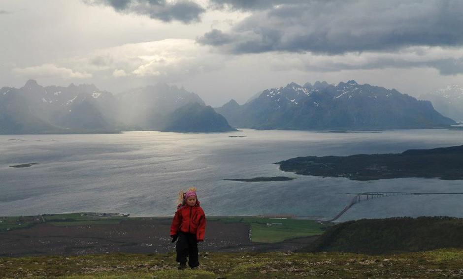 Fra Storbåtsegga er det en upåklagelig flott utsikt i alle retninger, sørover mot Lofotveggen, østover mot Møysalen og vestover over hele 10-topperslandskapet.