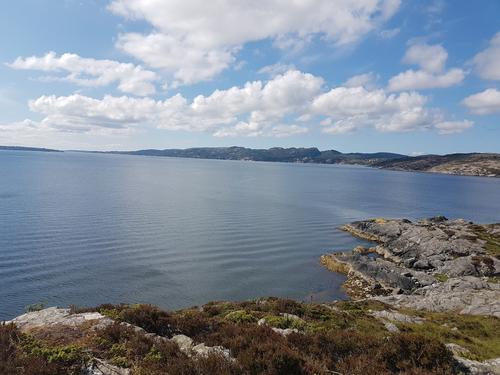 Utsikt mot Raunefjorden og søre del av Sotra til høgre.