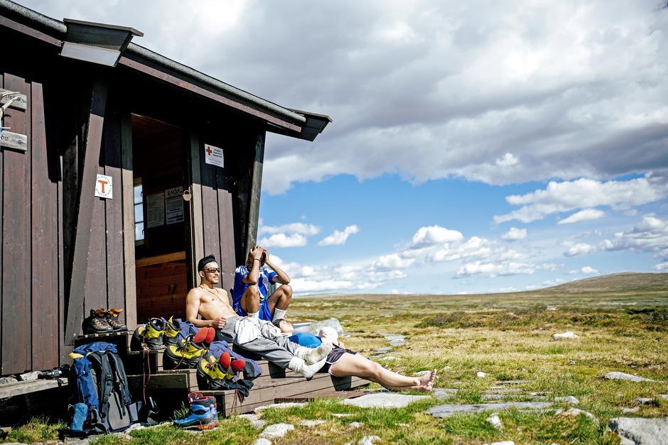 PÅ TRAMMEN: Ingenting er som å ta av seg fjellskoene og nyte sola etter en lang dagsmarsj.