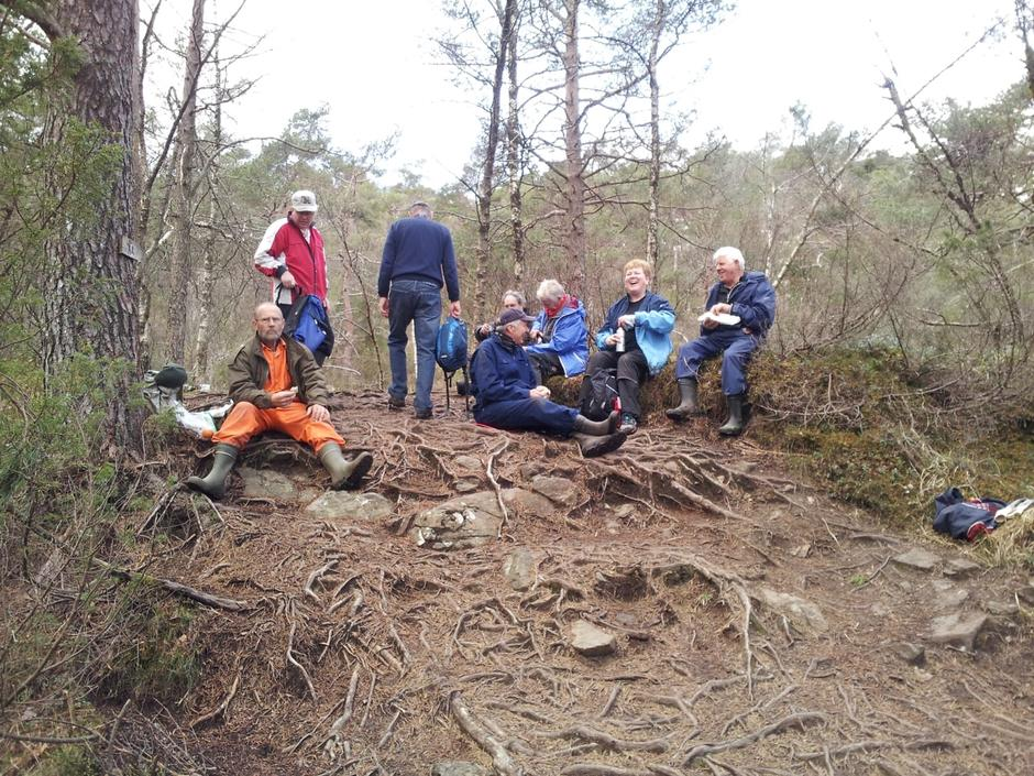 Trivselgruppa tar en pust i bakken
