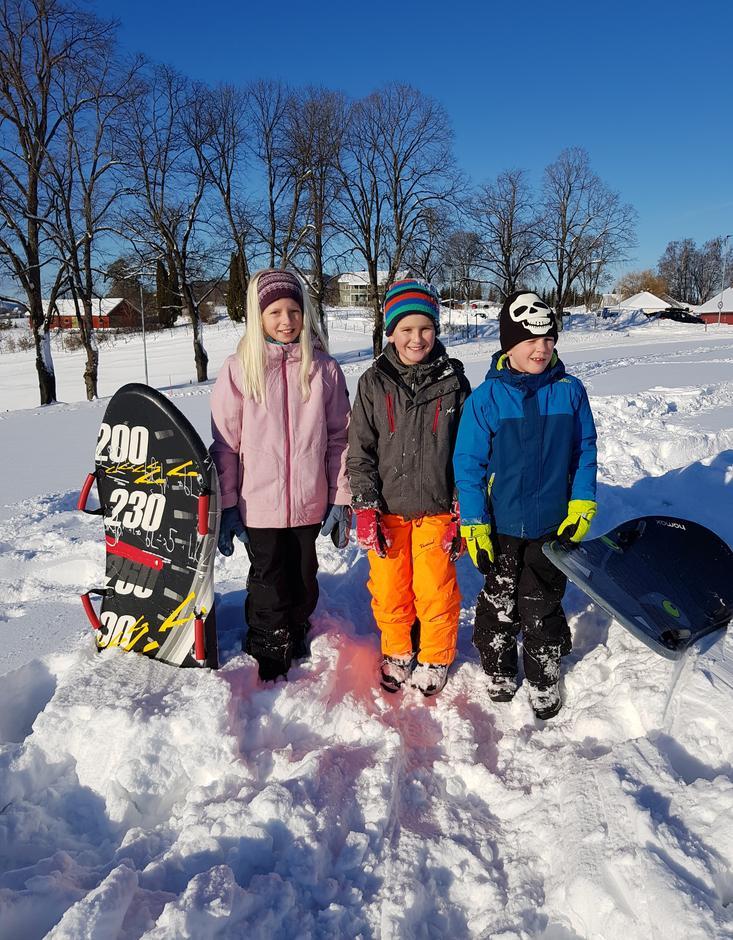 Emilie, Magnus og Matheo fikk god fart i akebakken.
