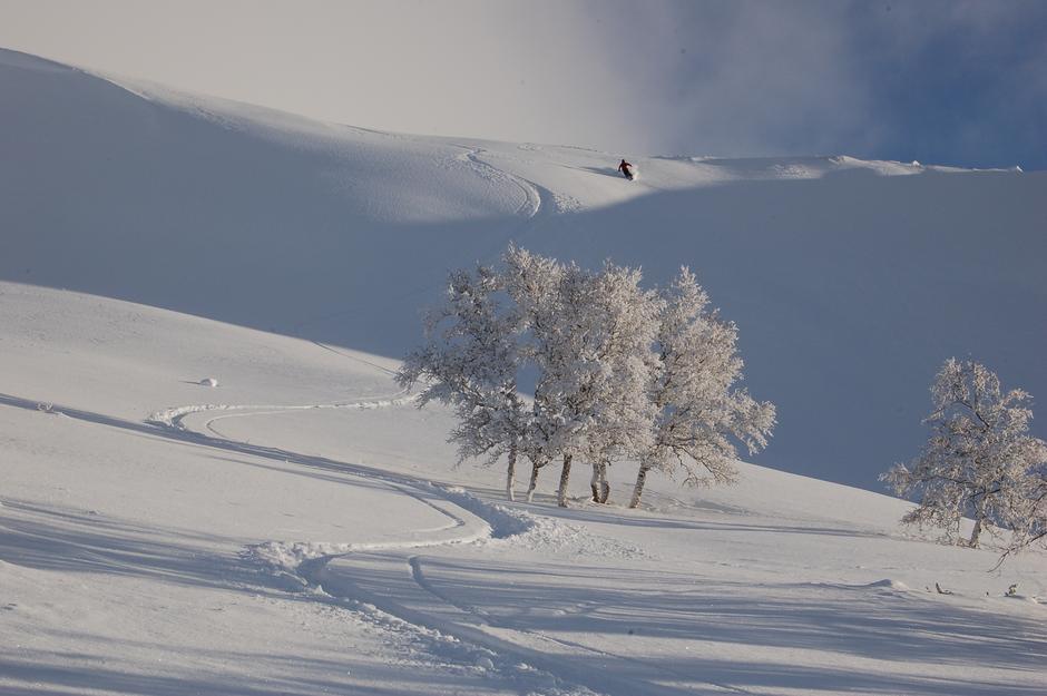 Nyt de magiske skiforholdene utenfor fjellstuen etter endt arbeidsdag