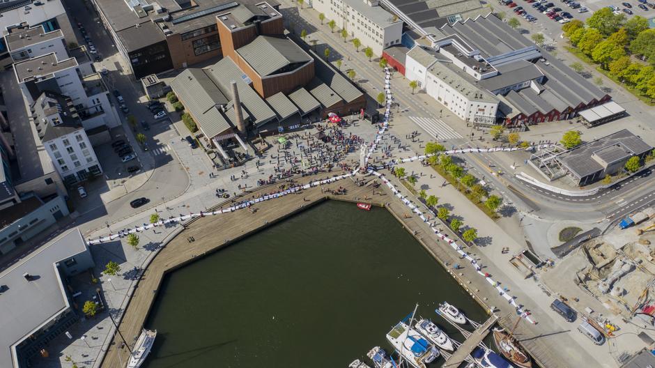 Slik så det ut fra luften da 300 mennesker samarbeidet om å visualisere en 190 meter høy vindturbin.