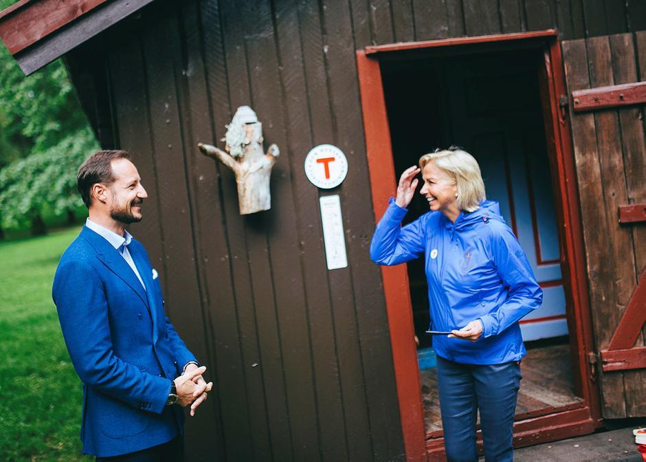 Kronprins Haakon Magnus og DNT-styreleder Berit Kjøll, under åpning av Hovinkoia i Slottsparken sommeren 2016