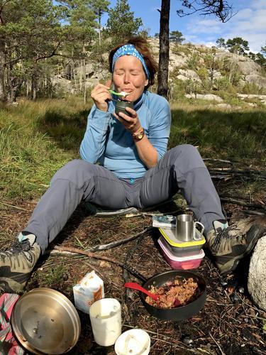 Hilde hadde ansvar for dessert på turen Vårlivarden- Bersagel,Rogaland,  og prøver  sin egen oppskrift av «Eplekake» stekt på bål...hadde til og med fløte som vi ristet selv! Her er hun knallfornøyd med resultatet og nyter stunden..Å bildet: Hilde Grøtte,sept-19