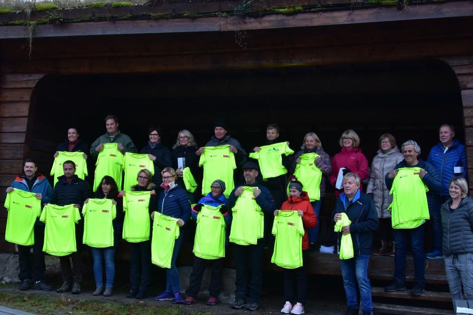 Glade turgåere som fikk T-skjorte av Drangedal Sparebank.