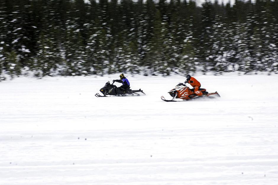 SVENSKE TILSTANDER: På svensk side er det nærmest fritt fram, og de norske skuterkjørerne setter klampen i bånn så snøspruten står.