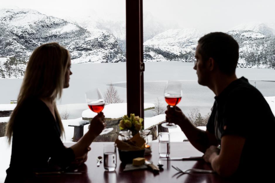 Mat og vin med utsikt ved Preikestolen fjellstue