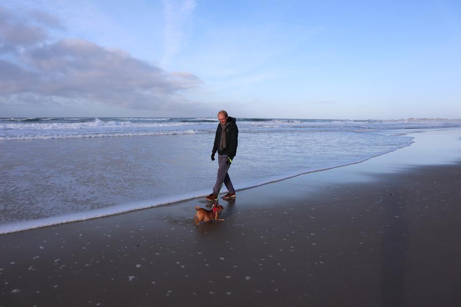 LADER OPP TIL NY SESONG: Nå går storbonden tur på over en mil til dagen, sammen med hundene sine, og kan ikke tenke seg en dag uten tur. Her går han langs Borestranden, rett nedenfor plassen hvor han har sin vinterhytte.
