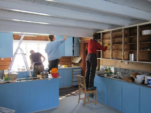 Dugnad på kjøkkenet på Schulzhytta april 2018