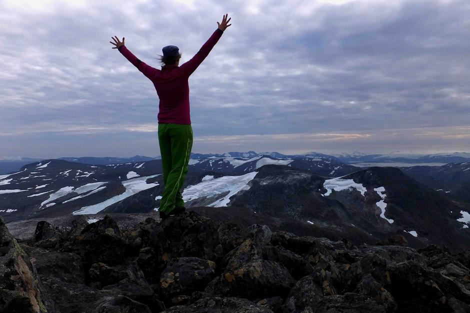 Mona Stegen (meg) på toppen av Høgtinden 1405 moh i Beiarn i Nordland.
