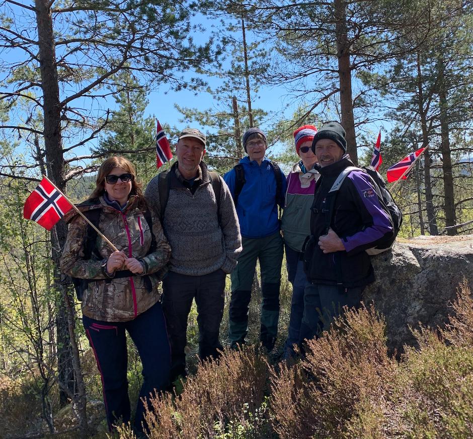 Anne Britt Hovden og Sven Hovden fra Lyngdal, Valgbjørg Austbø, Gro Hobbesland og Sigbjørn Hobbesland fra Eiken deltok på støttemarsj for naturen.