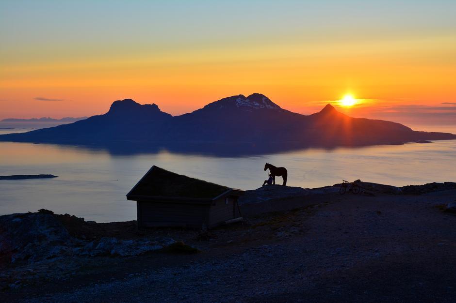 Keiservarden er et lite fjell i Bodø, Nordland på 367 m.o.h.Fantastisk utsikt av det vakre øy Landegode og lofotveggen. Dette bilde er tatt kl. 23:55 midnatt den 30.Mai.2016. Noen dager til vi får se fullkommen midnattssol her oppe i Nord.