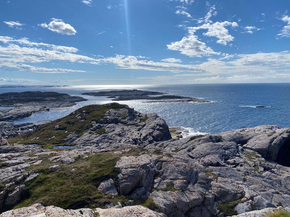 Sola glitrar i havet. Utsikt frå Skogstuo.