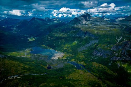 Utsikten fra toppen av Innerdalstårnet. Vi ser mot Innerdal og Ålvundeid.