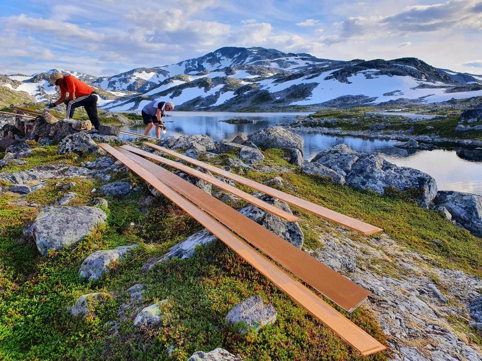 Alf og Lars Ivar maler kledning på Ringvassbu.