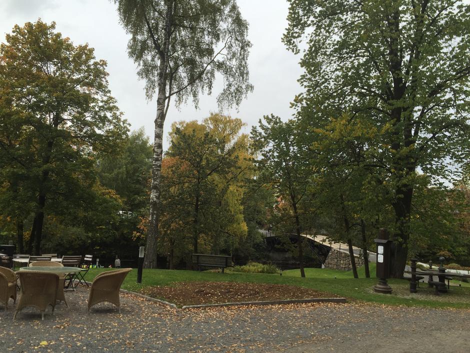 Det er begrenset med P-plasser rett utenfor Røde Kors huset, men kort vei å gå fra P-huset over Løkke Bro.