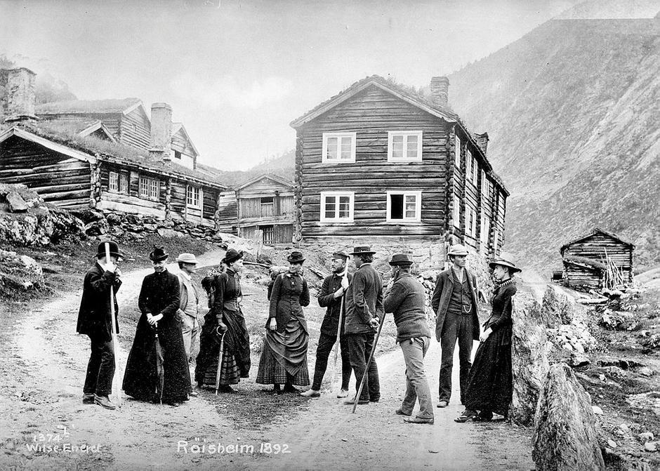 Fotturister ved Røisheim ca. 1880. Turistforeningen ble stiftet i 1868.