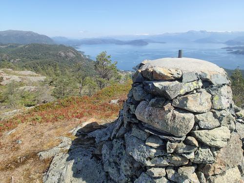 Varden på Øykjafjellet. Onarheimsbygda nede til venstre og Folgefonnen bak.