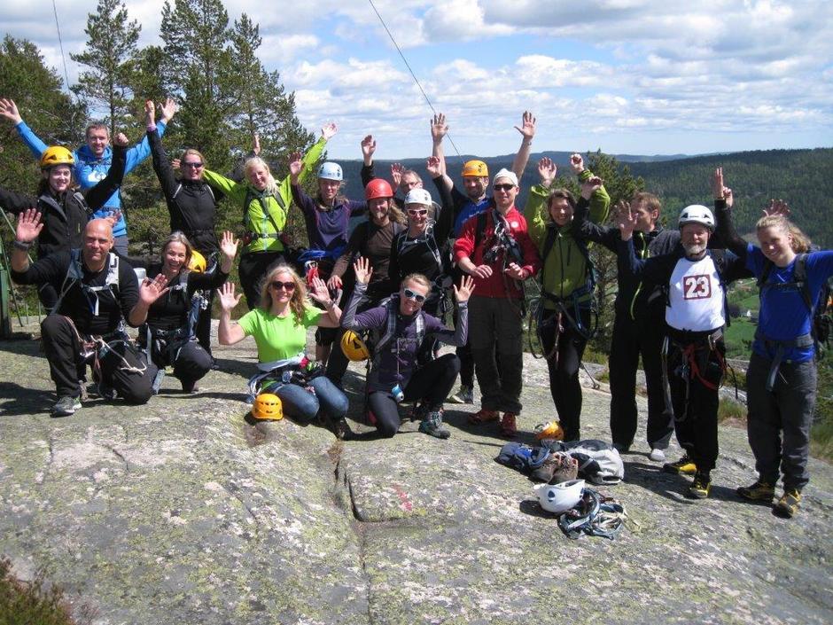 Alle på toppen av Trogfjell etter turen opp via ferrataen.