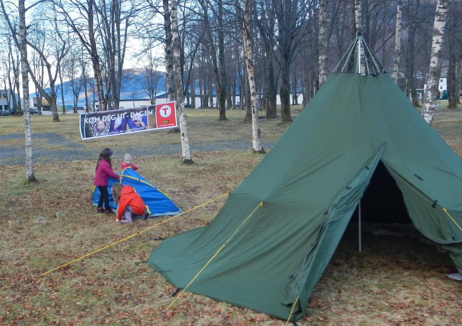 Desse fekk lære å sette opp eit telt.