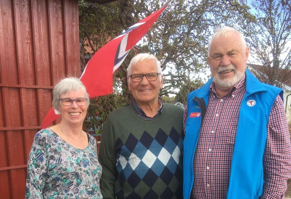 Hans Christoffer Eckdahl i midten, kona Lise til venstre og lederen i DNT Horten, Jørn Jorde til høyre.
