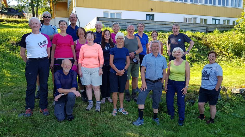 Alle deltakerne foran Sommerhotellet sammen med eieren Trine Grann.