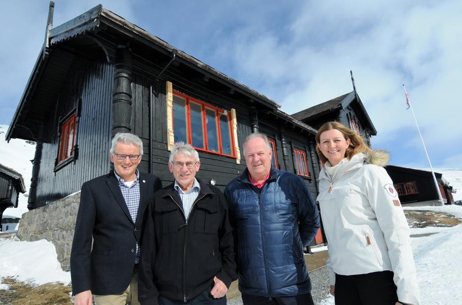 ÅPNING KNUTSSTOGA: Finansiering ved Sparebankstiftelsen. Fra venstre Preben Falck, Bjørgulf Haukelid, Tor Dahle og Marit Refvem.