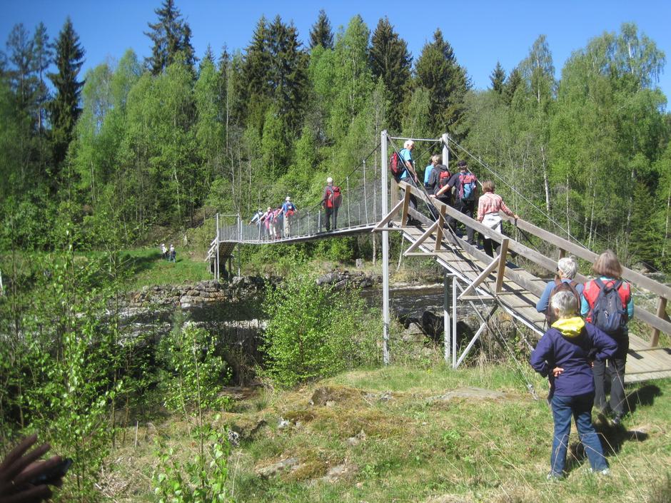 Over hengebrua i Sørgefoss