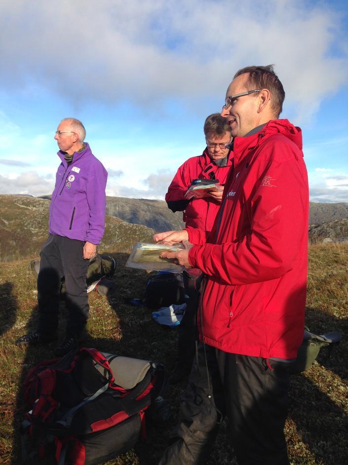 Formidling og orientering er viktige turleiaroppgåver. Geir Morten Utskot frå Kvam Turlag står her på Hauglandsfjellet og ser kjende kvammafjell.