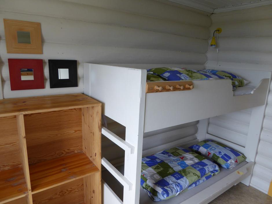 To rom med køyesenger. Gode bagasjehyller.