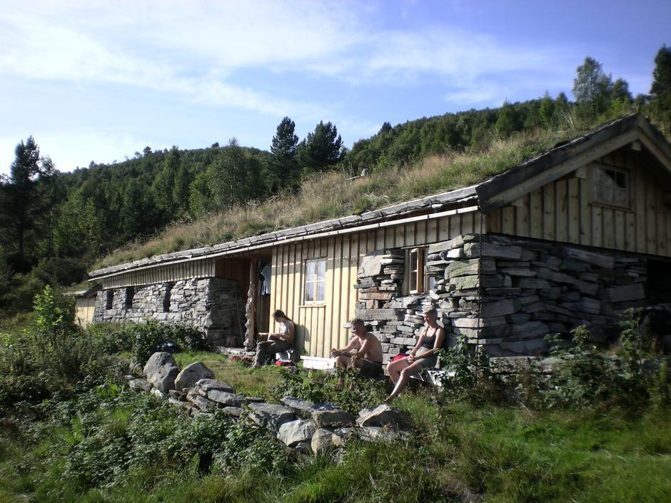 GJENBRUK: Sollia er bygget på muren til et gammelt geitefjøs, og materialene er tømmer berget etter en brann i en klippfiskbrygge i Kristiansund.