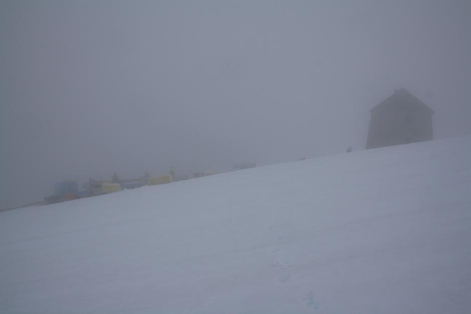 Noen dager henger skodden tett over Skåla.