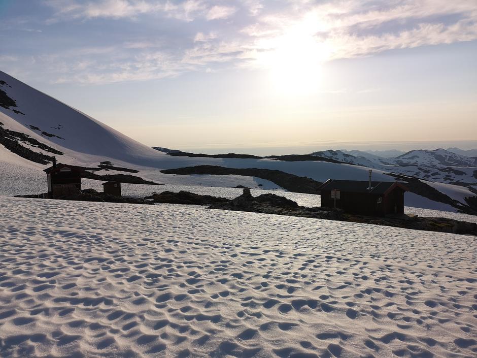 24.06.2020: Vasstindbu. Mye snø rundt hyttene.