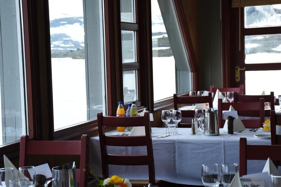 Spisesalen med utsikt over vannet.